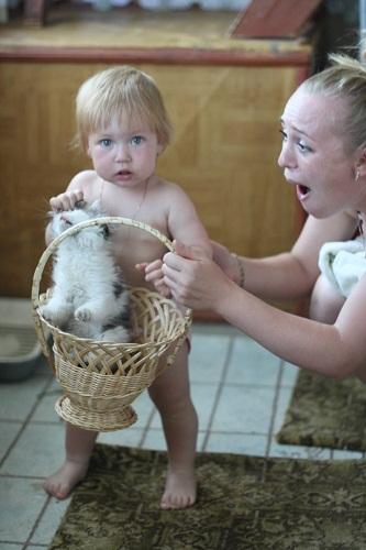 Дарина Асатова и котенок Тося