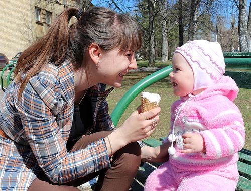 №46 Мирослава Золотухина с мамой А мороженое очень вкусное!
