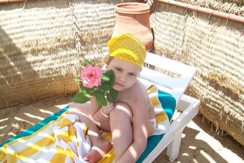 ... дамы греются в желтом песочке и наслаждаются тишиной египетского утра.