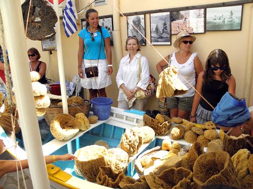 Сими – остров капитанов и ловцов морских губок. Здесь их добывают в огромном количестве. А какое разнообразие!