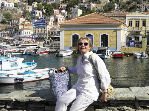 Издалека Сими кажется большой яркой мозаикой: желто-коричневые, оранжевые, бело-синие и даже зеленые здания XIX века, будто нарисованные художником-авангардистом, отражаются в глянцевой синеве Эгейского моря и радуют глаз всем приезжим.