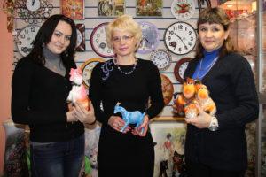 """Магазин """"Мир подарков"""" радовал озерчан разнообразием коз, овец и барашков - символов наступившего года."""