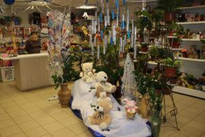 """Салон цветов """"Букет"""" превратился в эти дни в царство белых медведей."""