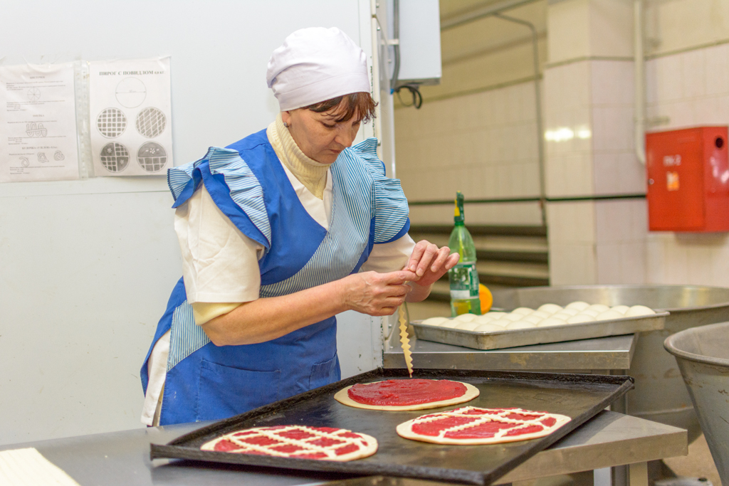 Пекарь Вера Владимировна Михайлова в процессе приготовления пирогов.