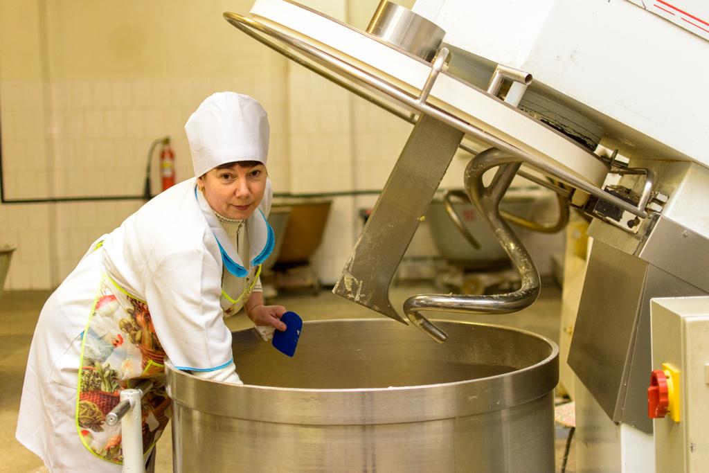 Надежда Петровна Куваева замешивает тесто для овсяных булочек.