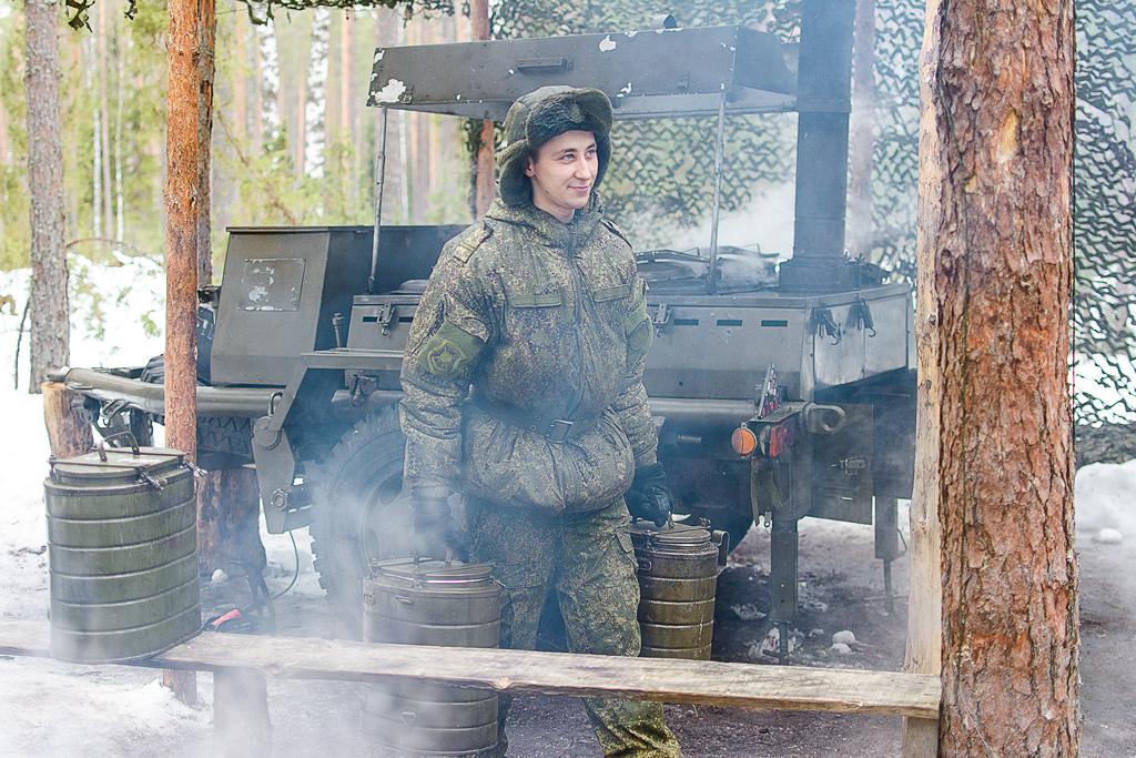 """Здесь все устроено таким образом, чтобы полностью обеспечить не только непрерывное несение боевого дежурства, но и предоставить все необходимые бытовые условия для проживания военнослужащих. """"К приготовлению пищи в армии мы относимся серьезно, ведь голодный солдат не сможет исправно нести службу, особенно находясь на боевой позиции"""", - поясняет гвардии младший сержант Михайлов Лев."""