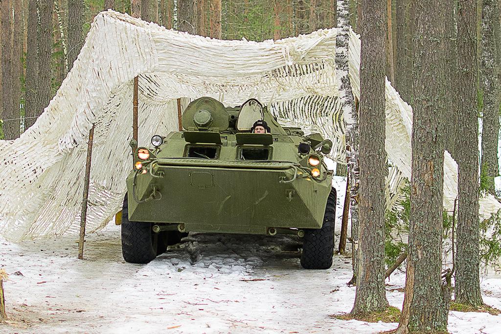БТР - одна из боевых машин, тщательно замаскированных на территории позиции, к примеру, от воздушно-космической разведки противника, либо от проникновения забрасываемых диверсионных групп противника.