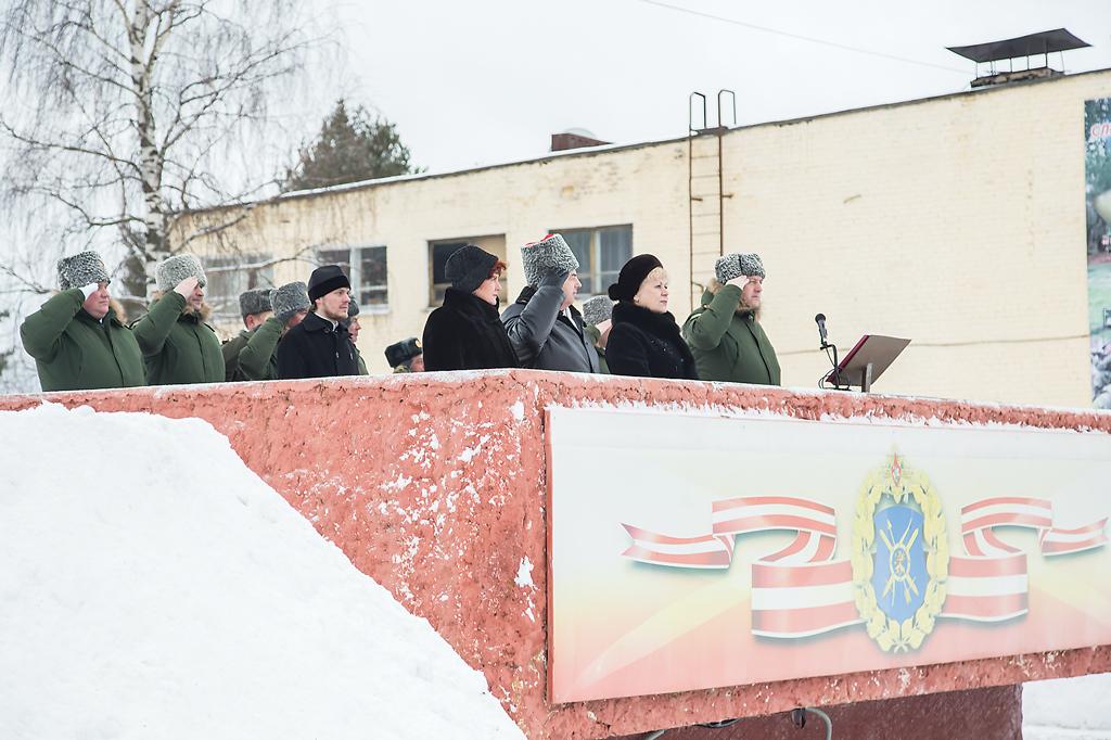На торжественном построении, посвященном Дню защитника Отечества присутствовали командование дивизии, руководство муниципалитета, ветераны и гости Озерного.