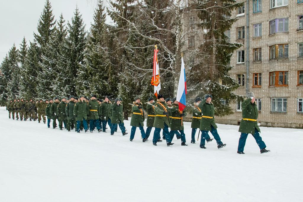 Торжественное шествие военнослужащих соединения по улицам Озерного.