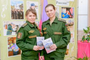 Ольга Лобинская и Вера Барабаш (слева направо) - военнослужащие 7 ракетной дивизии.