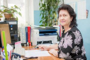 Ирина Александровна за заполнением документов.