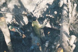Поисковые работы часто проходят по колено в болоте.