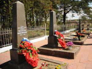 Три обелиска особенно выделяются среди могил...