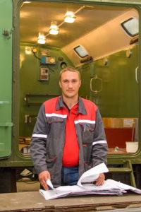 Производственный мастер Андрей Слепцов осуществляет контроль качества производимой продукции.