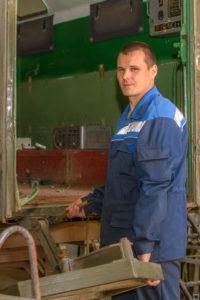 Слесарь механосборочных работ Валерий Окороков в процессе разборки изделия БМДС-3.