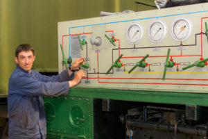 Слесарь механосборочных работ Вячеслав Пивоваров проверяет работоспособность узлов и агрегатов азотовоздушной заправочной станции.