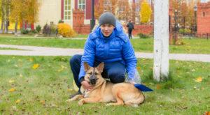 Максим Спиридонов, юный владелец собаки, один из тех, кто старается содержать своего питомца по всем правилам: прививки делает вовремя, выгуливает за территорией ЗАТО, а если приходит в Озерный, то намордник и пакетик с совком - неотъемлемые элементы прогулки.