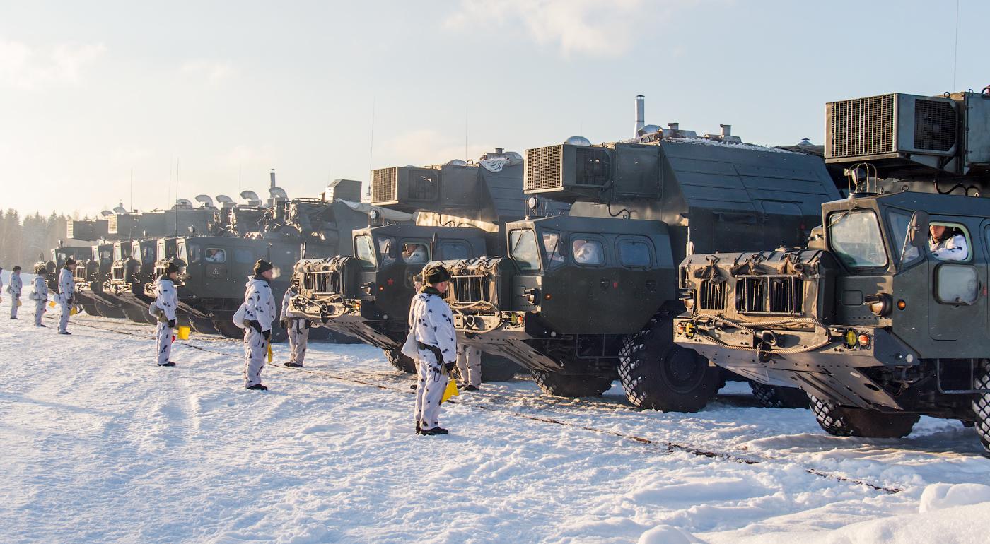 Выдвижение боевой техники перед совершением маневра перестроения в колонну.