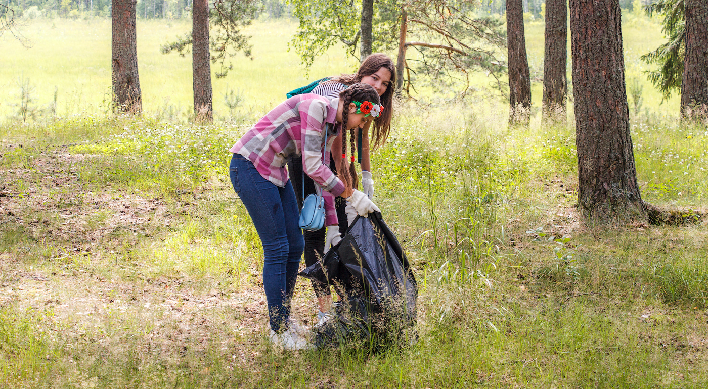 На каникулах старшеклассницы Эльвира и Александра нашли время и для волонтерства.