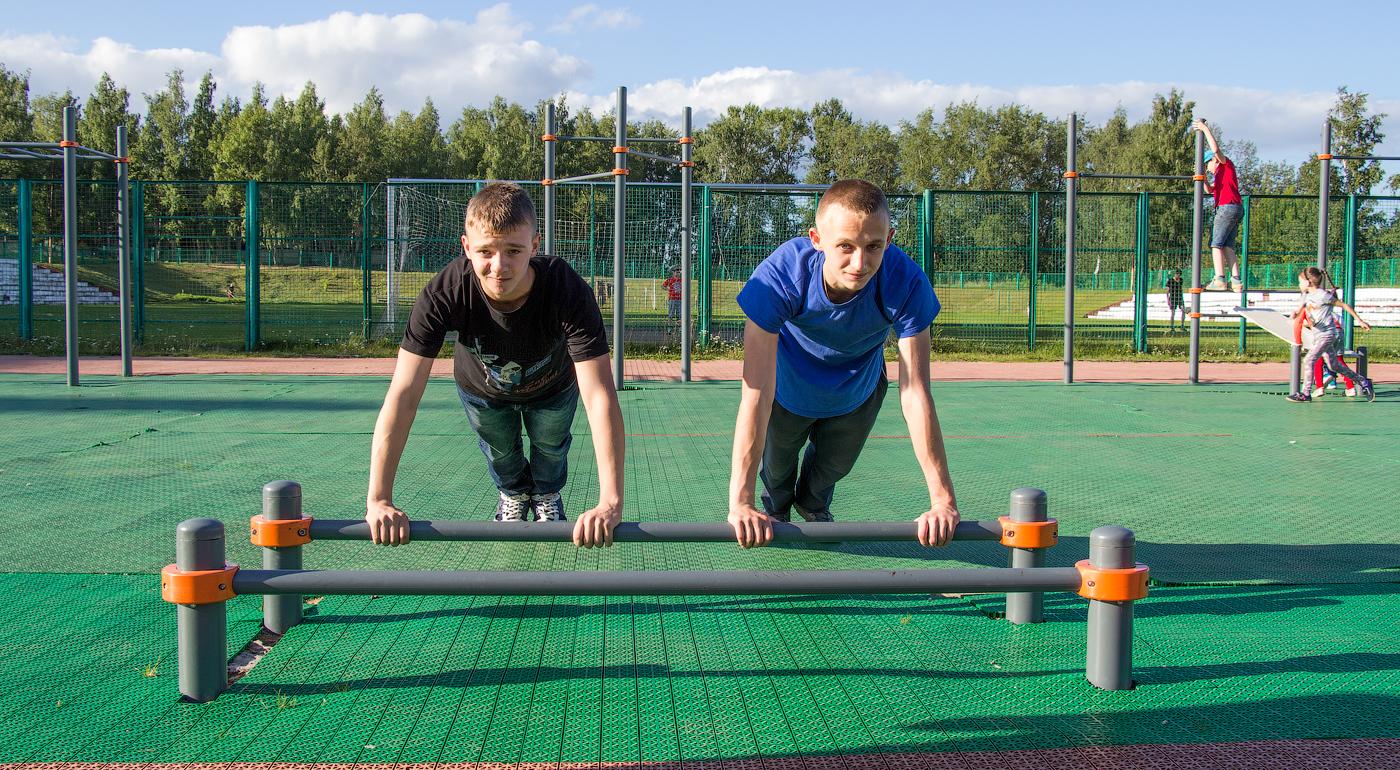 Отжаться? Легко! Артем и Рома частые гости спортивной площадки.