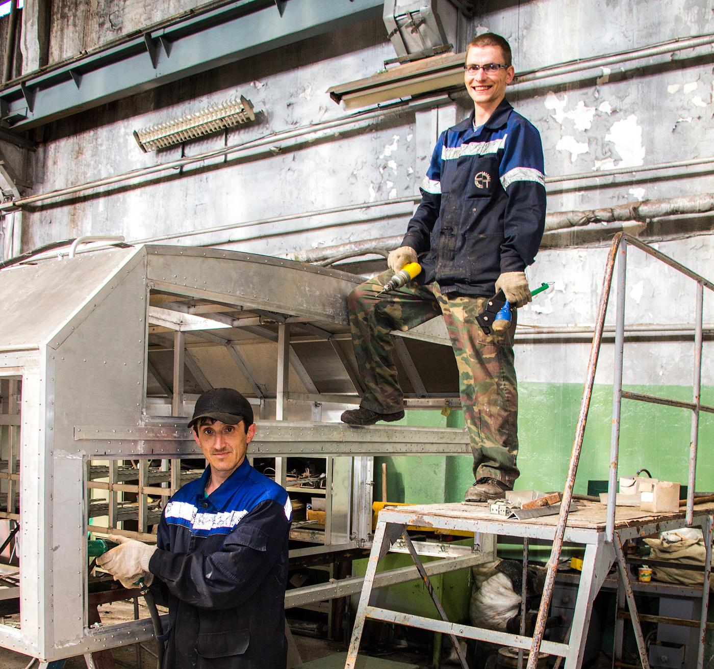 Слесари 3 цеха Вячеслав Пивовар и Александр Климин проводят работы по ремонту каркаса машины.