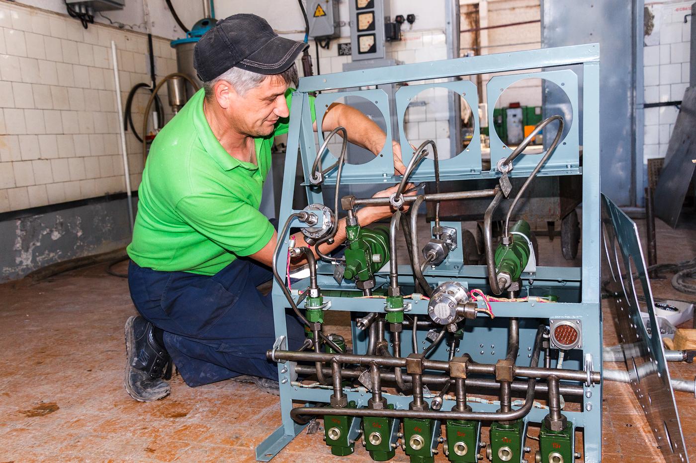 Андрей Шпилев занимается сборкой пневмощита для агрегата.
