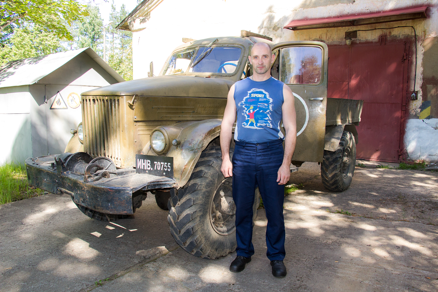 В обязанности транспортировщика Сергея Ладик входит перевозка мелких грузов по территории завода.