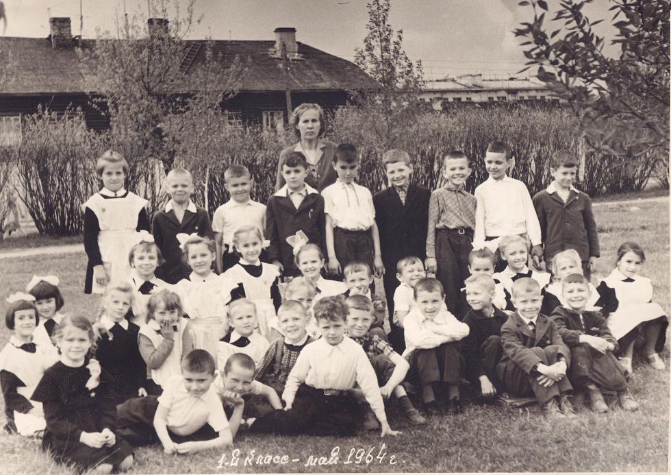 Учитель начальных классов  Анастасия Васильевна Гурьянова  и ее первый класс, май 1964 года.