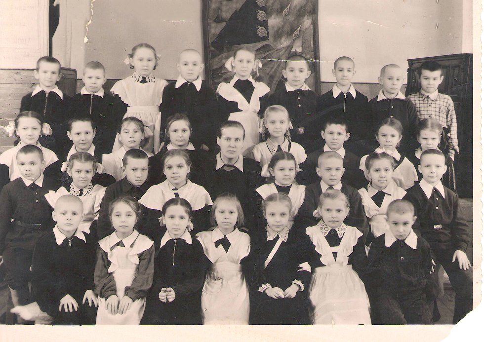 2 класс, 1957 год. Альбина Волкова (Тиванова), выпускница 1966 года.