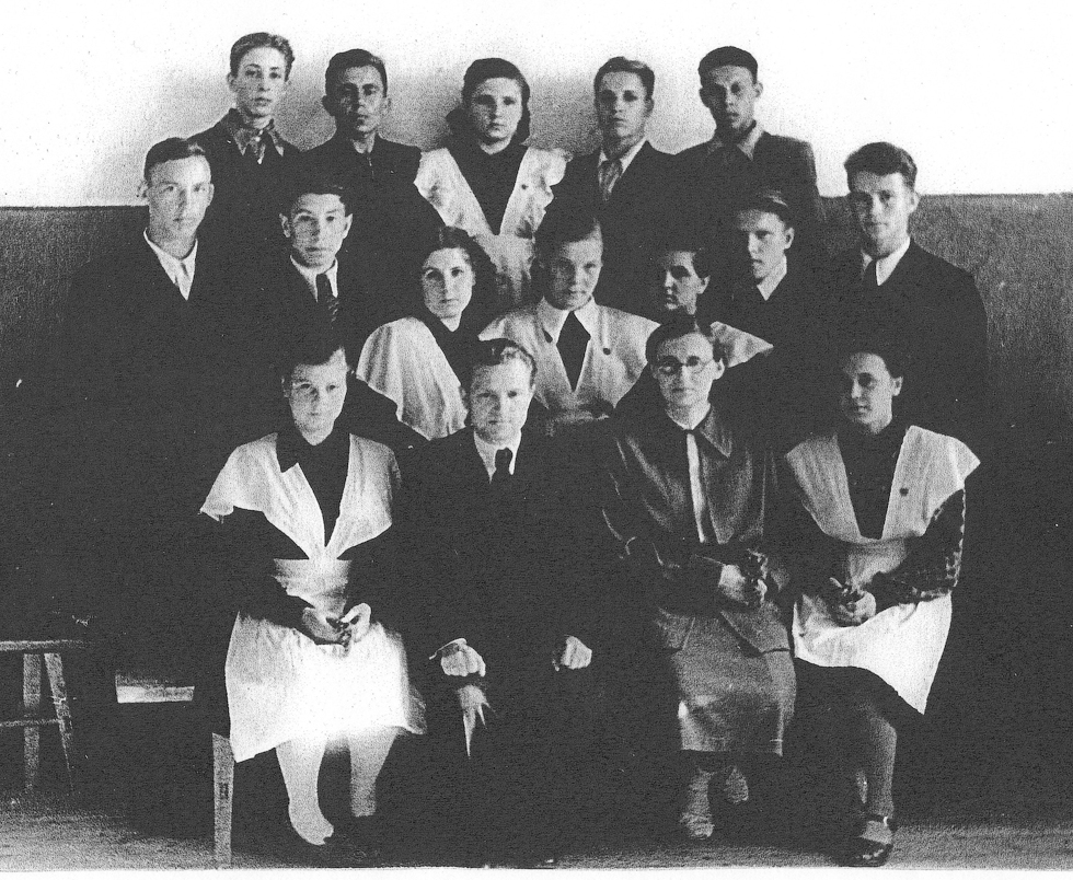 Директор школы С.В. Гормин с выпускниками. 1953 год.