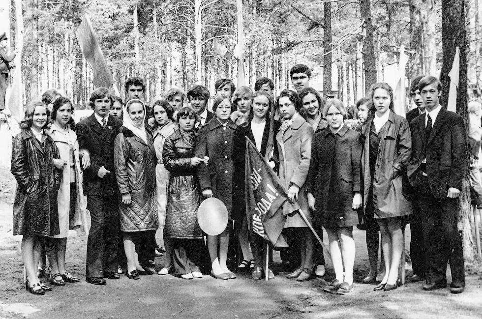"""1974 год. 10 """"Б"""" класс на демонстрации 1 мая. Фото предоставила Л.В. Хапова."""