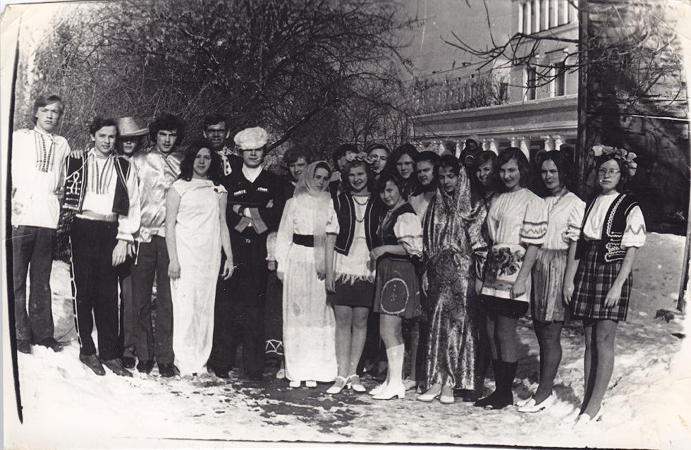 """1974 год, 10 """"Б"""" класс.  Смотр песни """"Бухенвальский набат"""". Фото предоставила Л.В. Хапова."""