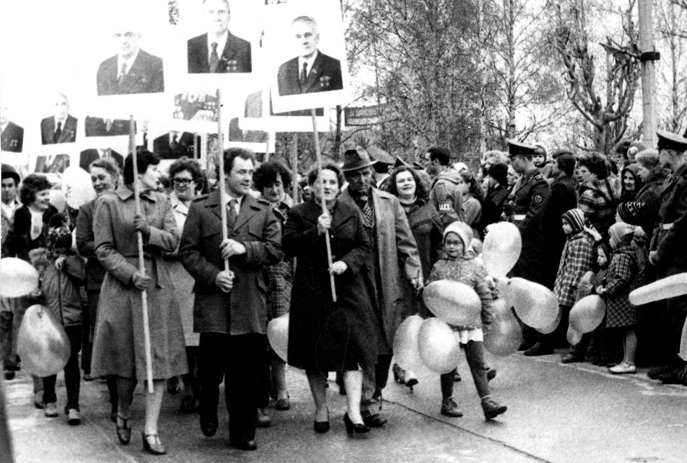 Коллектив школы на демонстрации 7-го ноября, 80-е годы. Фото предоставил В. Федоров.