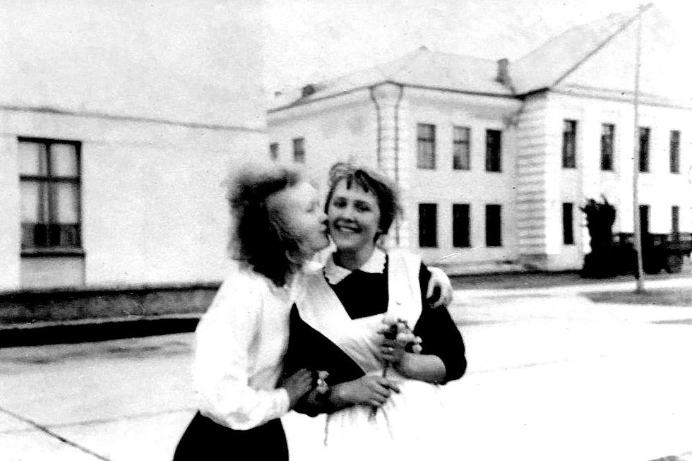 Последний звонок. 1966 год. Вера Сидорова и Ирина Дубенская. Ирина Романенко (Дубенская) прислала эту фотографию.