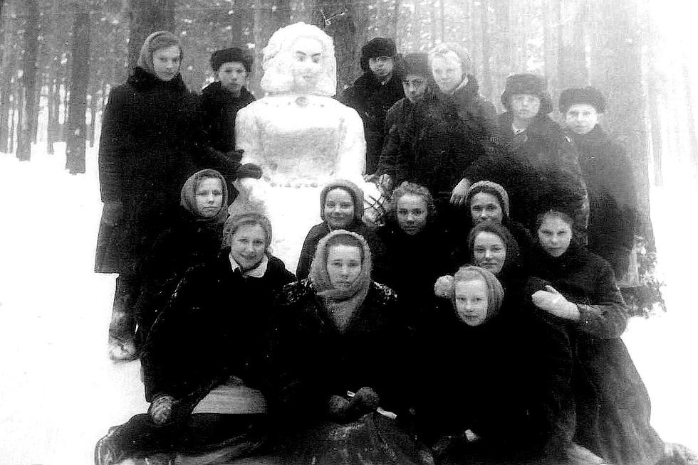 1964 год. На фото запечатлен праздник зимы. Наш 8 класс вместе с классным руководителем С.В. Громыхалиной. Фото предоставила Светлана Власова (Голубятникова).