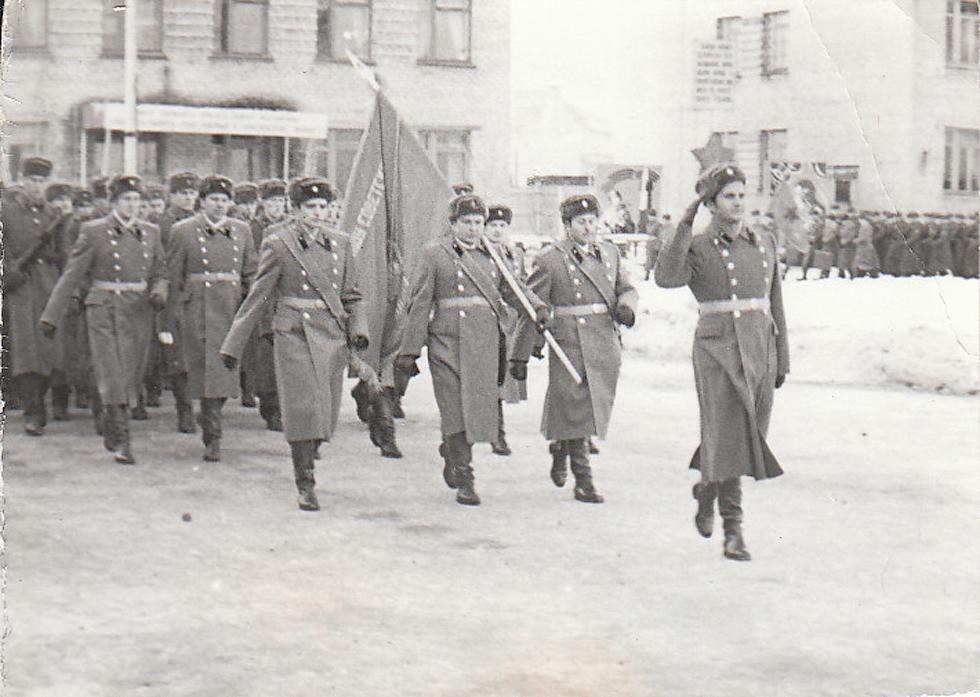 7 ноября 1977 года. А.Е. Тимошенко - ассистент знаменосца 2 полка соединения (слева).