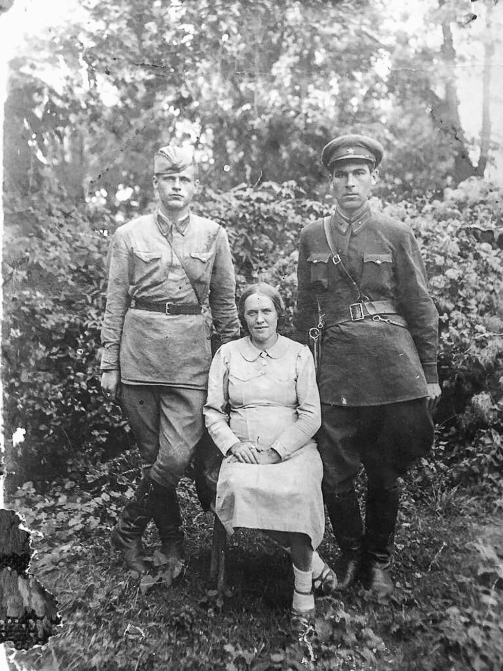 Денис Федотович Стадник (слева) с супругой и другом.