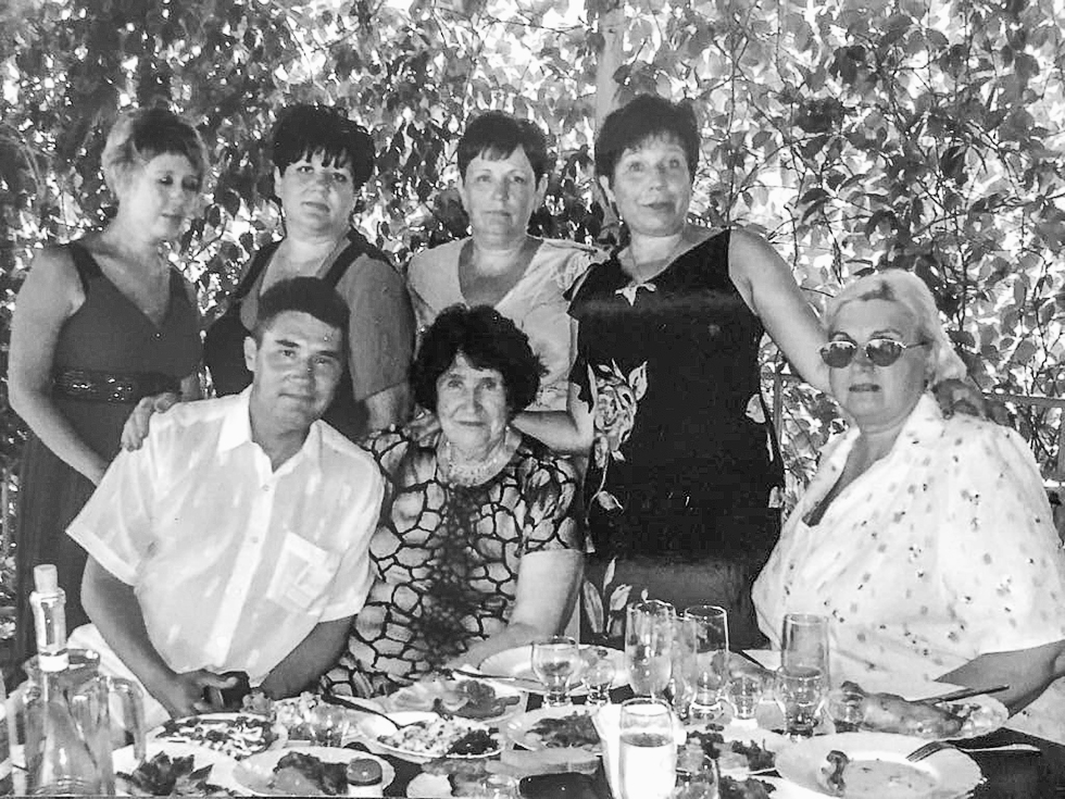 Алла Денисовна с детьми.