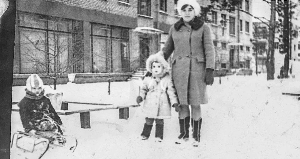 """1976 год. Зимние прогулки возле магазина """"Военторг"""" на ул. Киевской."""