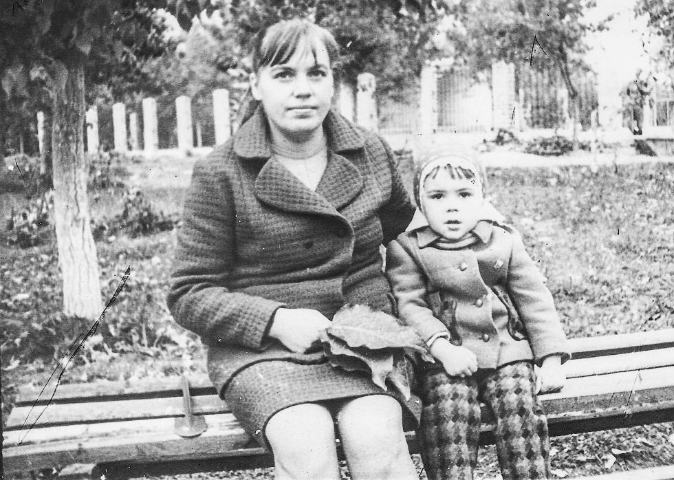 1977 год. Альбина Михайловна вместе с дочкой у Дворца культуры (позади - танцплощадка).