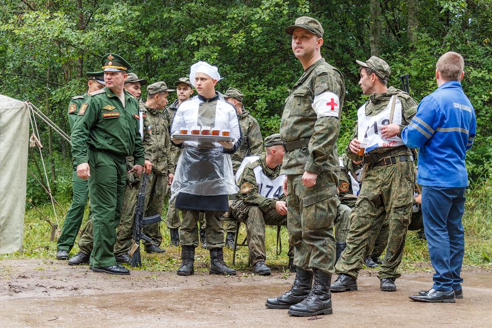 После марш-броска военнослужащие восстанавливали силы горячим сладким чаем.