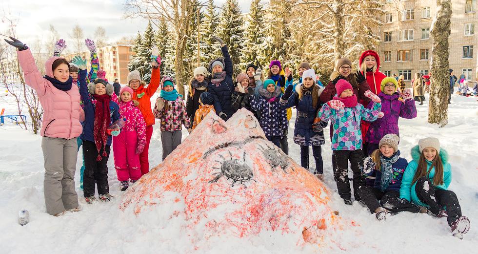 Воспитанники художественного отделения Детской школы искусств сотворили из снега символ наступившего года - забавную свинку.
