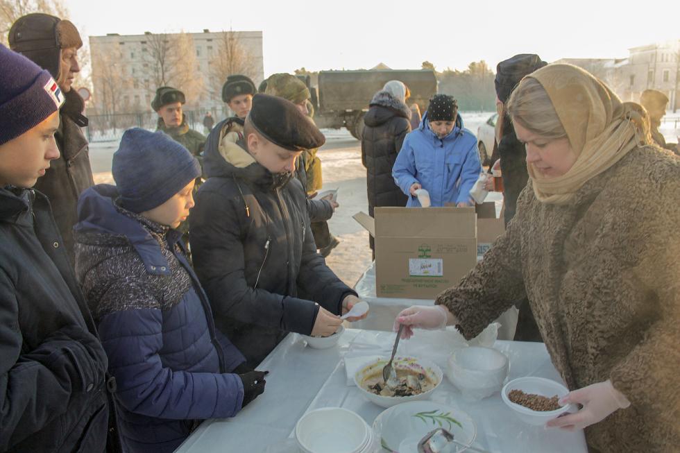 В честь праздника святой великомученицы Варвары прихожан угощали кашей и пирогами.