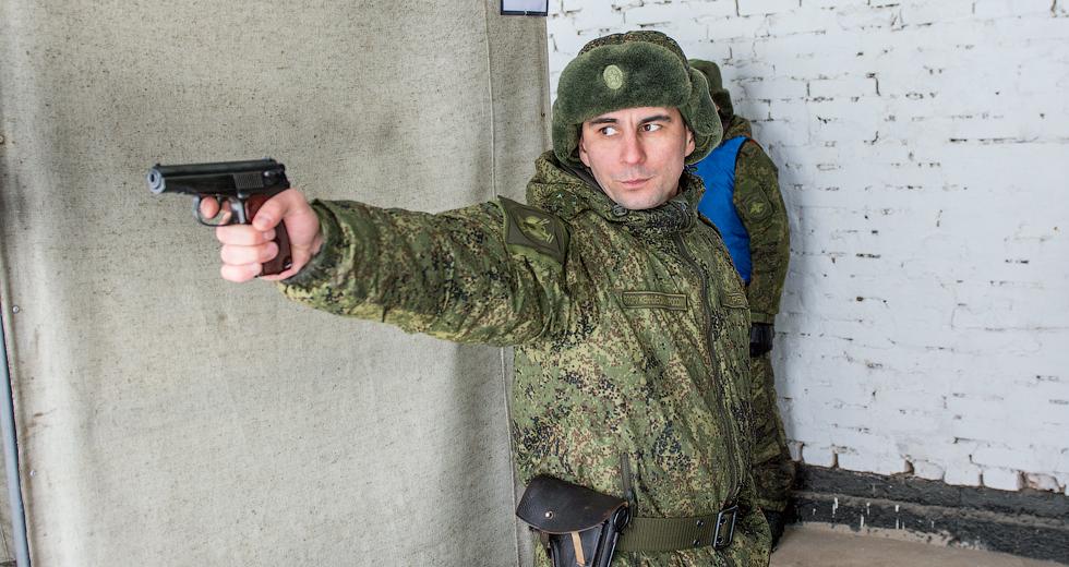 Капитан Андреев готовится к выстрелу.
