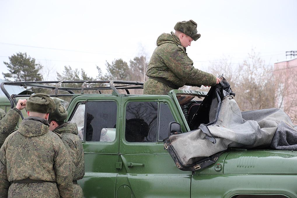 Военнослужащие вынуждены заново восстанавливать технику.