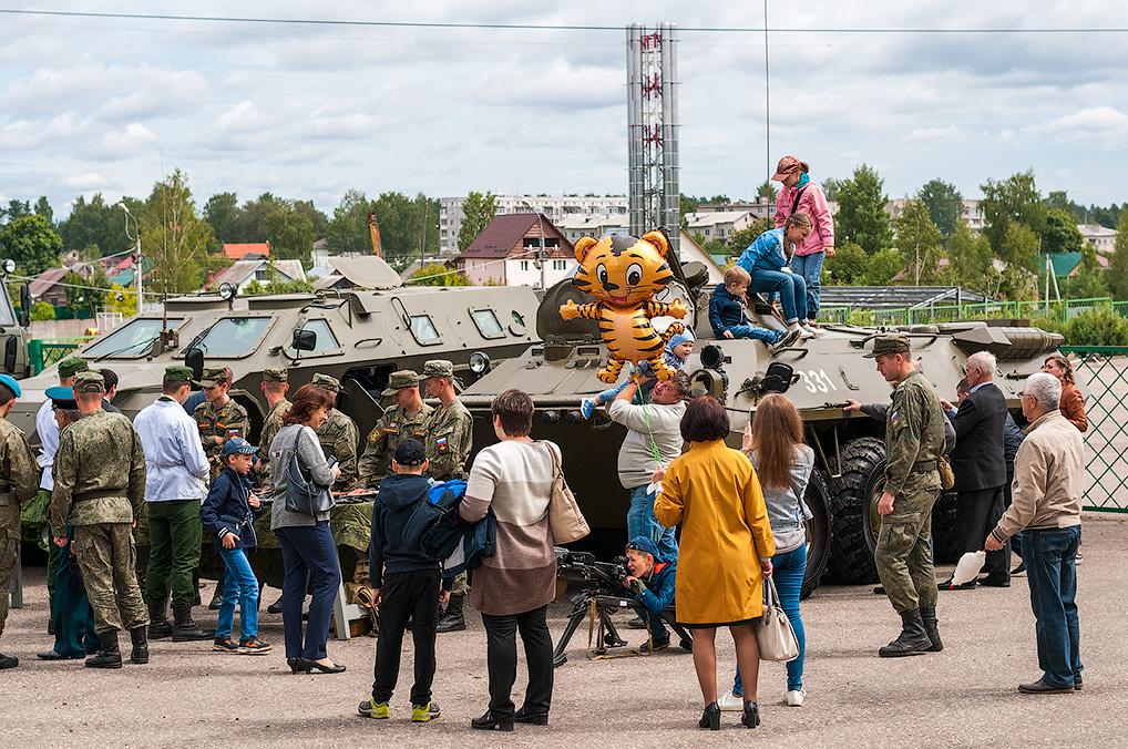 Военная техника всегда привлекает внимание озерчан и гостей от мала до велика.