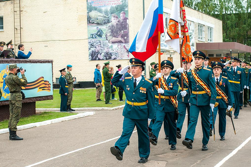 Торжественное прохождение военнослужащих дивизии.