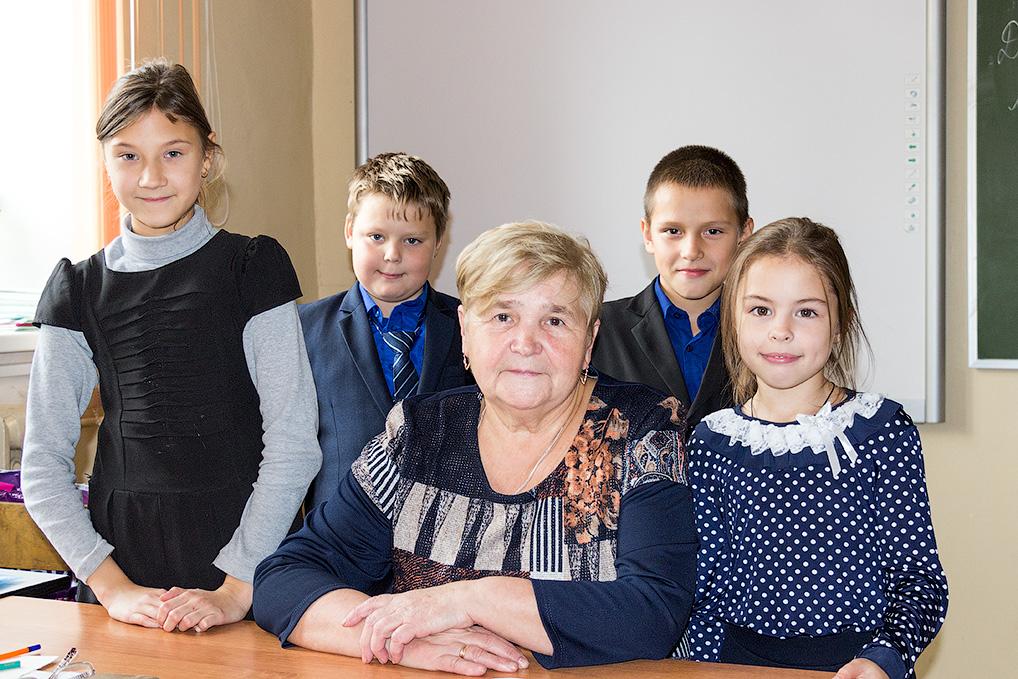 Надежда Павловна в окружении своих воспитанников.