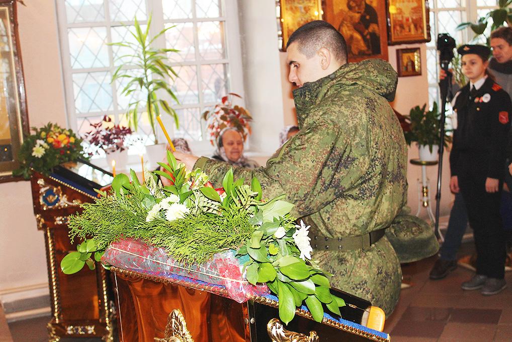 Среди прихожан храма Андрея Первозванного всегда есть военнослужащие.