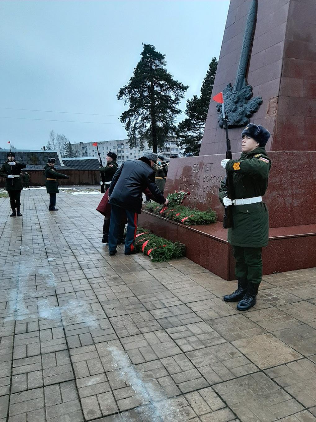 Торжественные мероприятия начались с возложения цветов к стеле, установленной в честь 50-летия РВСН.